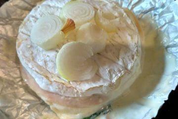Grilovaný camembert so šunkou v alobale