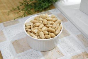 Nepražené nesolené arašidy