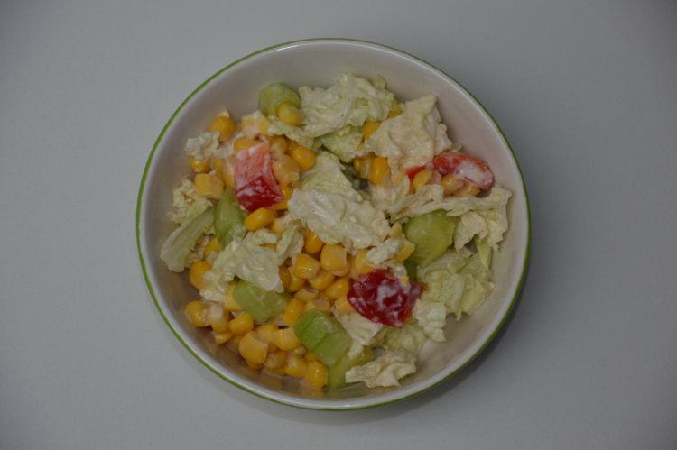 Zeleninový šalát s cesnakovým dresingom