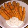 Zdravé mrkvové hranolky s cesnakovým dresingom