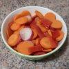 Dusená mrkva s reďkovkou a kápiou