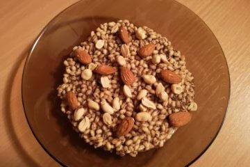 Jačmenné krúpy s makom a arašidmi