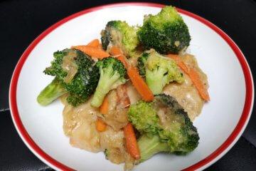 Dusená brokolica s mrkvou a syrom