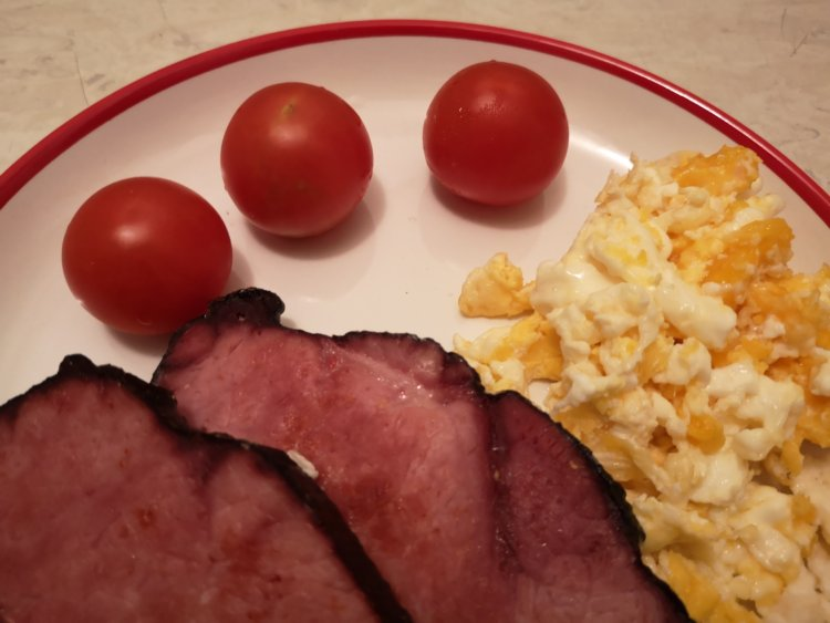 Šalát s feta syrom a kuracím mäsom