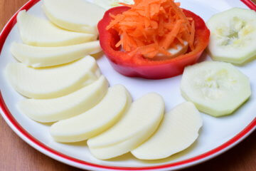 Syrový tanier so zeleninou