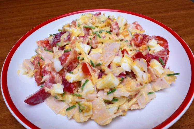 Vajíčkový šalát so šunkou a syrom