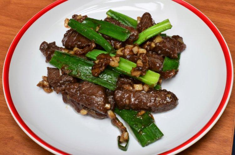 Hovädzie mäso na zázvore so zelenou cibuľkou