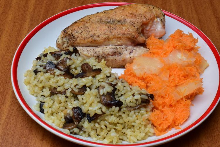 Kuracie na prírodno s ryžou a mrkvovým šalátom