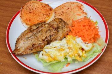 Pražená reďkovka s kuracím mäsom a vajíčkom
