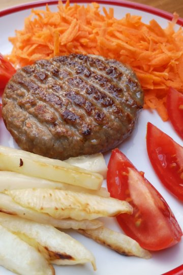 Mleté hovädzie mäso so zelerovými hranolkami